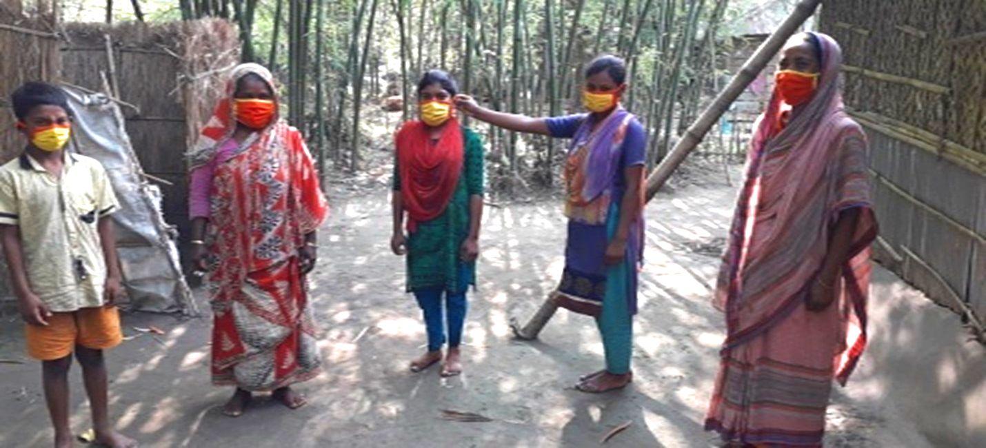 Shahina distributing face masks to community members